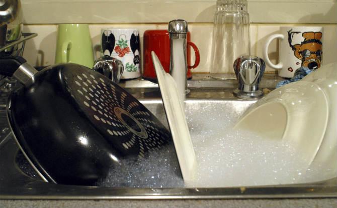 כלים מלוכלכים בכיור