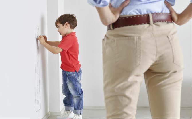 ילד מצייר על הקיר