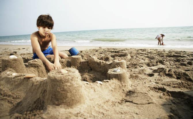 ילד משחק בחול