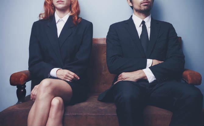 גבר ואישה יושבים במסדרון