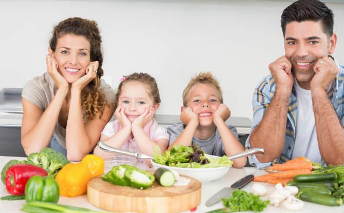 משפחה ליד שולחן עם ירקות