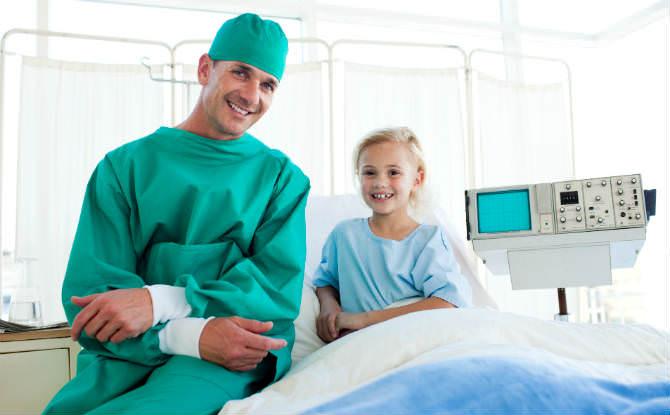 ילד ליד מנתח