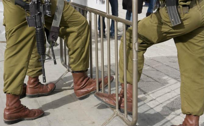 חיילים עומדים במחסום