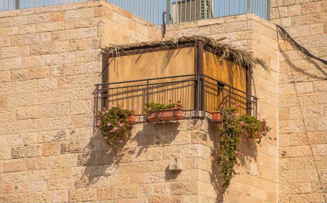 סוכה במרפסת בירושלים data-cke-saved-src=