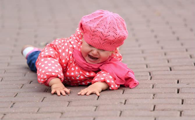 ילדה שנפלה ברחוב