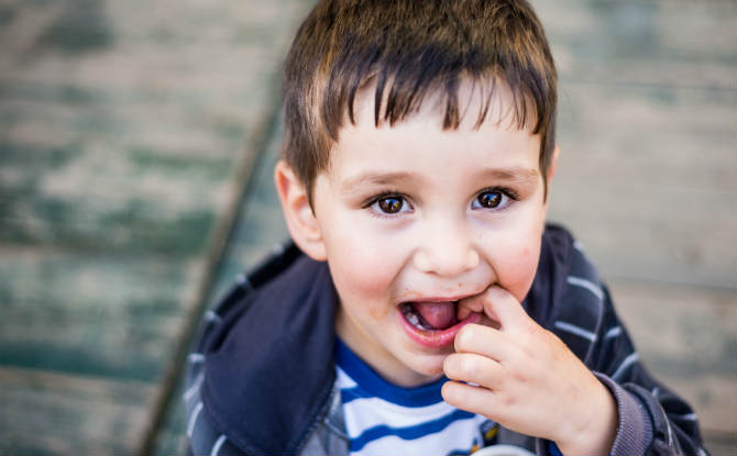 ילד מחזיק את השן