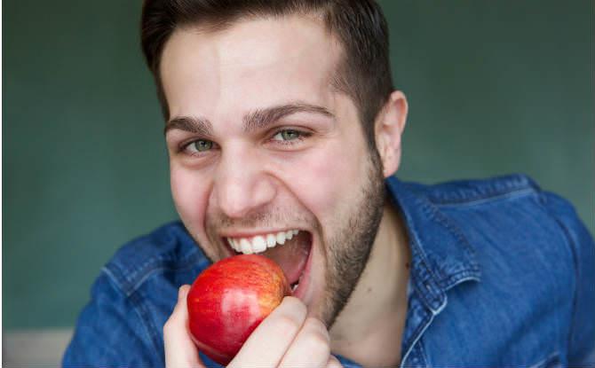 גבר אוכל תפוח